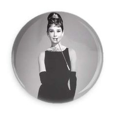 Audrey Hepburn was a fashion and style icon with a timeless fashion. Here are some ways you can keep her style alive. Get your Audrey Hepburn style on! Audrey Hepburn Outfit, Audrey Hepburn Mode, Audrey Hepburn Quotes, Old Hollywood Glamour, Vintage Hollywood, Hollywood Icons, Citations Audrey Hepburn, Actrices Hollywood, Looks Vintage