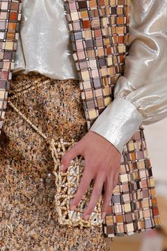 A detailed look at Chanel Spring 2016 couture fashion show Chanel Spring 2016, Spring Summer 2016, Couture Details, Fashion Details, Fashion Design, Chanel Fashion, Couture Fashion, Paris Fashion, Coco Chanel