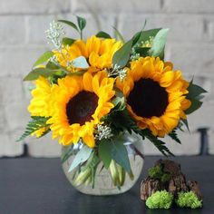 Send flowers from a real Brookline, MA local florist. Albert's of Brookline Florist has a large selection of gorgeous floral arrangements and bouquets. We offer same-day flower deliveries for flowers. Sunflower Centerpieces, Sunflower Arrangements, Beautiful Flower Arrangements, Wedding Table Centerpieces, Beautiful Flowers, Centerpiece Ideas, Wedding Decorations, Sunflower Vase, Sunflower Party
