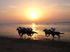 Carreras de caballos en las playas de Sanlúcar atardecer.