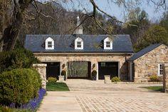 another way to do garage and porte cochere? Garage House, Carriage House Garage, Garage Doors, Garage Windows, Garage Cabinets, Dream Garage, Porte Cochere, Design Garage, Exterior Design