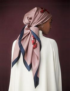 Hana Tajima's Newest Inclusive Collection for Uniqlo Just Dropped New York-based designer Hana Tajima and Japanese retailer Uniqlo unite yet again for a Fall/Winter 2018 collection that embraces the beauty of all women. Turban Mode, Hijab Turban Style, Turban Outfit, Uniqlo, African Head Scarf, Hair Scarf Styles, Head Wrap Scarf, Bandana Hairstyles, How To Wear Scarves