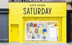 Marca de grife feminina aluga vitrines para colocar painel interativo de compra e delivery de roupas e acessórios. #windowshopping #ny