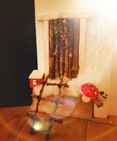 Metsätontun ovi #tonttuovi #fairydoor #Elfdoor Ovet, Table Lamp, Diy, Painting, Home Decor, Do It Yourself, Table Lamps, Decoration Home, Bricolage