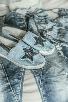 Casual denim shoes with cute star accent. Mode Outfits, Chic Outfits, We Wear, How To Wear, Denim Fashion, Womens Fashion, Fashion Themes, Boho Kimono, Denim Shoes