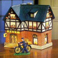 Keramik Lichthaus Postamt - Jede Stadt braucht eine Post. Hier wunderschön verarbeitet, oben Fachwerk, unten mit Stein gemauert, mit großer Holztür ist das Keramiklichthaus eine kunstvolle Anfertigung als Ergänzung für Ihre eigene kleine Stadtlandschaft.