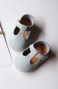 Sweet Handmade Leather Mary Jane Baby Shoes | CriaBabyShoes on Etsy #KidsFashionClothes