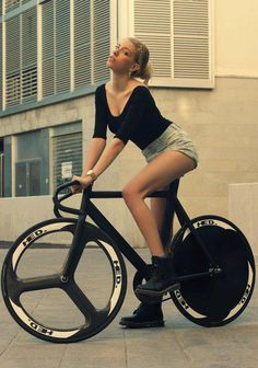 Disc wheel totes hotter than girl in shorts