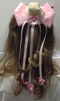 Laço lindo para festa junina cor de rosa com aplique de chapeuzinho e Lacinhos, muito delicado para sua princesa.  Feito no bico de pato.  12x7 cm laço aproximadamente.  20 cm apliques aproximadamente.