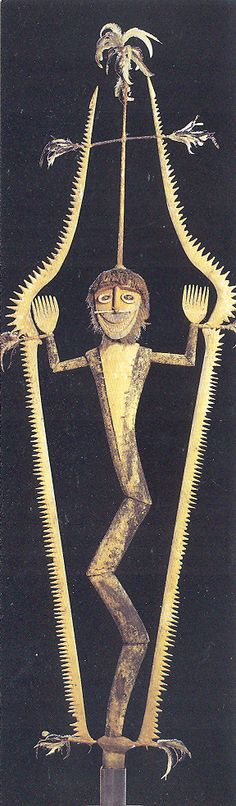 """Sculpture """"iniet"""" - fin XIXe siècle - Nouvelle Bretagne - Tolaï - bois assemblé, fibres végétales, plumes, écailles, os, pigments - Cette figure appartient à la société secrète iniet des Tolaï. Pour éviter toute reproduction, la réalisation des sculptures se déroulait dans une enceinte cachée. Elle est liée à la mythologie du serpent: l'échancrure en dents de scie de l'encadrement suggère une puissance d'attaque - Musée du Quai Branly, Paris"""