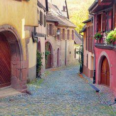 A quiet street in the Alsatian village of Ammerschwihr on the Wine Route near Kaysersberg. #Alsace #VisitAlsace #MonGrandEst #Ammerschwihr #VisitKb #MagnifiqueFrance