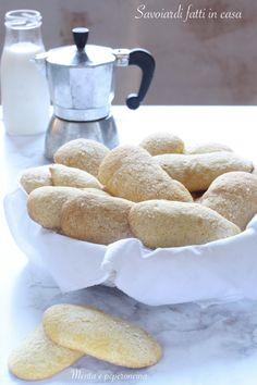 Savoiardi ( Ricetta dolce - Ricetta tradizionale italiana ) #savoiardi #dolci #biacotti Italian Desserts, Italian Recipes, Biscotti, Mediterranean Recipes, Food Photography, Delish, Traditional, Biscuits