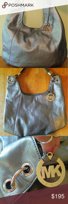 """🌸24HRSALE🌸 Authentic Michael Kors Purse Large Authentic metallic silver """"Michael Kors"""" Purse. In excellent, BRAND NEW, condition! Not a single flaw. Selling for much less than it is worth being as large as the purse is as well as the quality/condition of the purse. Its beautiful. Gold plated & a light lilac/rose colored inside fabric. The leather is in amazing condition. So soft to touch. Reasonable offers will be. considered! This bag is beautiful!!!! Unfortunately I have to downsize…"""