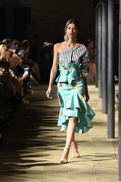 Fashionable Look With Ruffle Skirt Outfit Ideas 5 – Fiveno Look Fashion, Runway Fashion, Fashion Show, Womens Fashion, Fashion Design, Fashion Trends, Style Africain, Ruffle Skirt, Ruffles