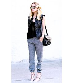 """Love the sweatpants look! What Wear - Sweatpants """"Not the baggy university athlete ones but the more sleek and utilitarian variety. It gives off this very sexy, sporty vibe that also looks cool and natural. Sweatpants Style, Sweatpants Outfit, Fashion Sweatpants, Baggy Sweatpants, Skinny Sweats, Joggers, Valentino Heels, Only Fashion, Gq Fashion"""