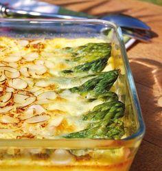 Photo de la recette : Clafoutis salé aux asperges vertes amandes et parmesan Parmesan, Kiss The Cook, Food Trends, Pickles, Entrees, Cucumber, Zucchini, Nom Nom, Cabbage