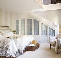 стена в спальне, окрашенная полосами