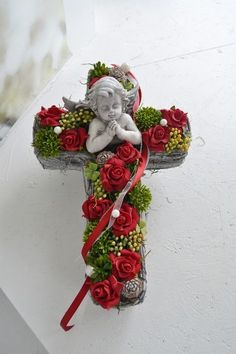 Hello everybody! We work mostly with funeral and All Saints Day floristry. Funeral Floral Arrangements, Unique Flower Arrangements, Christmas Arrangements, Flower Centerpieces, Grave Flowers, Cemetery Flowers, Funeral Flowers, Christmas Wreaths, Christmas Crafts
