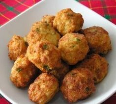Bolas de pollo y queso es una receta para 4 personas, del tipo Entrantes, recetas de pollo, Segundos Platos, de dificultad Fácil y lista en 25 minutos. Fíjate cómo cocinar la receta. ingredientes - 2 pechugas pollo - 200 g queso mozarella - 2 huevos - zumo de 1 limón - harina de garbanzos - ajo molido - hierbas provenzales - sal Kitchen Recipes, Cooking Recipes, Healthy Recipes, Tapas, Pollo Chicken, Great Recipes, Favorite Recipes, Salty Foods, International Recipes