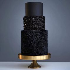 New trend alert! Black wedding cakes seem to be the 'new thing', and I kind of love them! What do you think about this trend? Would you have a black wedding cake?Photo by Apryl Ann Photography, Cake by Sugar. 3 Tier Wedding Cakes, Black Wedding Cakes, Buttercream Wedding Cake, Elegant Wedding Cakes, Unique Weddings, Green Wedding, Wedding Gold, Black Wedding Decor, Wedding Cupcakes