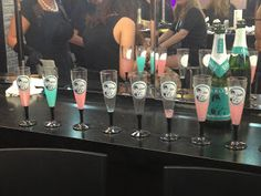 Despedida de soltera Desayuno con Diamantes. Botellas y copas personalizadas. Breakfast at Tiffany's themed bachelorette party. Personalized bottles and glasses.