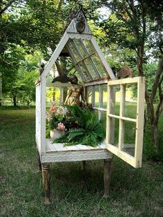 Here is a beautiful yard conservatory for which you'll find a step by step tutorial here. Now you just have to find the reclaimed windows to make it :-) houses old windows Mini Greenhouse, Greenhouse Plans, Greenhouse Wedding, Portable Greenhouse, Homemade Greenhouse, Cheap Greenhouse, Old Window Greenhouse, Outdoor Greenhouse, Outdoor Projects