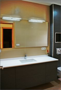 Fabricación de mobiliario de gran formato a medida con acabados de alta gama… Decor, Furniture, House Design, Bathroom Lighting, Home, Master Bathroom, Lighted Bathroom Mirror, Deco, Bathroom Mirror