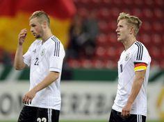 Die Schweizer schießen nicht nur Löcher in den Käse - die deutschen U-21-Spieler Tony Jantschke (l) und Lewis Holtby trotten nach dem unbefriedigenden 1:1 bei der EM-Qualifikation über den Rasen. (Foto: Marius Becker/dpa)