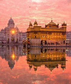 The Golden Temple - El Templo Dorado, conocido en la India como Harmandir Sahib, es un templo sij ubicado en la localidad india de Amritsar, cerca de la frontera pakistaní (en el estado de Panyab).