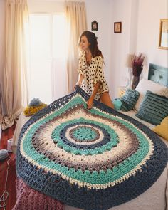 This throw is simply gorgeous! It looks like its able to cover a large bed. The colors are perfect for Winter. You can get the pattern from 💙 💛 💚 Crochet Carpet, Crochet Home, Love Crochet, Diy Crochet, Crochet Flowers, Knitting Patterns, Crochet Patterns, Crochet T Shirts, Crochet Basket Pattern