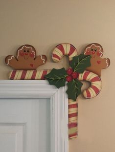 Hand Painted Gingerbread and Candy Canes Door por stephskeepsakesHand Painted Gingerbread and Candy Canes Door by stephskeepsakes. I've wanted to order these for three years now, but keep finding things that I want more, lol! Gingerbread Christmas Decor, Gingerbread Crafts, Gingerbread Decorations, Prim Christmas, Christmas Signs, Country Christmas, Xmas Decorations, All Things Christmas, Christmas Holidays