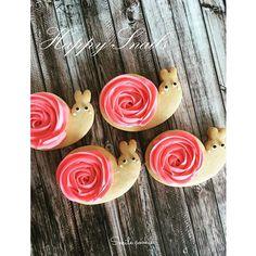 梅雨が明けたけど、カタツムリクッキー 文字にするとちょっとグロテスク…カタツムリクッキー 暑さのせいでクッキー作りはやる気無し(-_-;) 絞っただけクッキー #梅雨#明けた#雨が#少なくて#大丈夫かな#カタツムリ#でんでん虫#アイシング #アイシングクッキー #アイシングクッキー教室 #お菓子 #お菓子教室#手作りおやつ #千葉#千葉お菓子教室 #千葉アイシングクッキー #sugar #cake #icingcookies #instasweet #sweets #sugarcookies #snail #kawaii