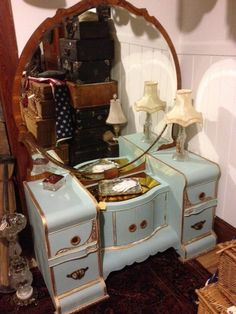Vintage Dressing Vintage Beautiful Vanity, Lots of Storage, Two Mirrors, Bakelite Drawer Pulls, Excellent Condition -