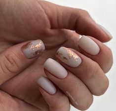 False nails have the advantage of offering a manicure worthy of the most advanced backstage and to hold longer than a simple nail polish. The problem is how to remove them without damaging your nails. Ivory Nails, Nude Nails, Matte Nails, Acrylic Nails, Matte Gold, Pink Nails, Perfect Nails, Gorgeous Nails, Pretty Nails