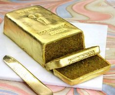 gold dessert - While there are many gold desserts with actual gold incorporated into it, the recipe of the 24 Carrot Cake is by far much more creative and clever. Creative Cakes, Creative Food, Beautiful Cakes, Amazing Cakes, Realistic Cakes, Edible Gold Leaf, Golden Cake, Gold Dessert, Crazy Cakes