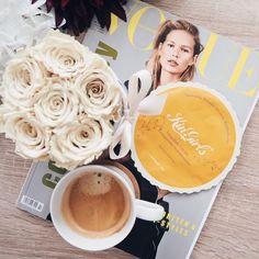 Ein bisschen #meTime kann nicht schaden 😌 deshalb mache ich es mir jetzt mit einer Tasse Kaffee, einer Maske und der neuen #Vogue gemütlich ☕️ www.bibifashionable.at 📄📱💻 #bibifashionable #werbung #prsample #kingirls #flatlay #coffeebreak #infinityroses