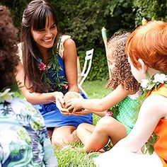 Luau Games: Pass the Coconut -- Have kids sit in a circle on the grass and pass around a real coconut. Turn up the tunes and when the music stops (mom, that's you!) the player that's holding the coconut is out. Keep playing until there's one child left. 7th Birthday Party Ideas, Luau Birthday, Summer Birthday, Moana Birthday, Kids Luau Parties, School Parties, Hawaiian Luau Party, Tropical Party, Hawaiian Theme