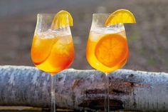 Altijd al willen weten hoe je deze mediterrane zomerklassieker maakt? Zó dus! - Recept - Allerhande Aperol Spritz Recept, Raw Cabbage, Cocktail Shots, New Year's Cake, Coctails Recipes, Liqueur, Gin And Tonic, Prosecco, Summer Drinks