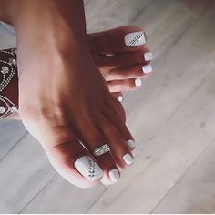 The advantage of the gel is that it allows you to enjoy your French manicure for a long time. There are four different ways to make a French manicure on gel nails. Simple Toe Nails, Pretty Toe Nails, Cute Toe Nails, Summer Toe Nails, My Nails, Pretty Toes, Pedicure Designs, Pedicure Nail Art, Toe Nail Designs