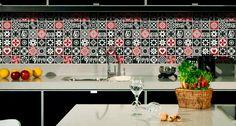 O uso da placa decorativa de azulejos mesclando cores também pode ser uma ótima opção. A mistura do vermelho com o preto, dá um ar moderno à decoração da cozinha.
