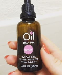 Oil is one of my favorite ways to moisturize my skin, even when I had acne. Grab more clear skin tips here!
