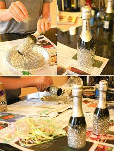 Es steht ein Geburtstag an und ihr wollt unter anderem eine Flasche Sekt verschenken? Hier seht ihr, wie man die Flasche ganz einfach verschönern kann, damit sie nicht so langweilig wirkt :) Dazu benötigt ihr Bastelkleber und Glitter. Praktische Glitter-Streuer...