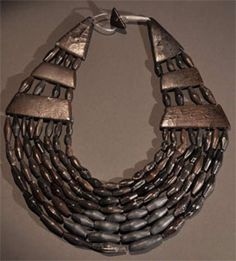 Argyle, Scotland - Jet necklace - buried with a bronze age chieftain, 2000 BC - jet was mined in Whitby Viking Jewelry, Ancient Jewelry, Antique Necklace, Antique Jewelry, Alexandre Le Grand, Jewelry Art, Jewelry Design, Ancient Artifacts, Ancient Egypt