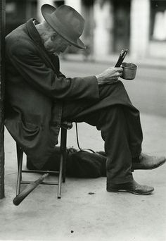 Old beggar selling pencils, New York, by Lewis W. Hine, 1915