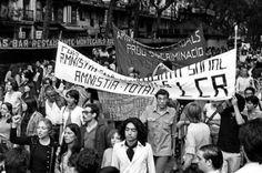 1977: El día en que la homosexualidad salió de la clandestinidad para tomar la calle.  Hablamos 40 años después con quienes organizaron la primera manifestación del movimiento gay en España. La marcha por las Ramblas de Barcelona reunió multitud de militantes políticos, no sólo gais y lesbianas, y sufrió la represión de los 'grises'.  João França | El Diario, 2017-06-25 http://www.eldiario.es/catalunya/barcelona/homosexualidad-salio-clandestinidad-calles-Barcelona_0_657585022.html
