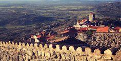 Vale a pena subir até ao topo desta aldeia para apreciar esta paisagem esculpida em pedra. Estamos naquela que já foi considerada a aldeia mais portuguesa de Portugal, em Monsanto! #viagensevantagens #Portugal #viaverde #Monsanto #aldeiasdePortugal