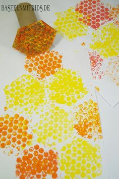 Honeycombs tinker with children and toddlers - crafting mitkids - Fall Crafts For Kids Bee Crafts For Kids, Bug Crafts, Fun Arts And Crafts, Summer Crafts, Art For Kids, Fabric Crafts, Insect Crafts, Resin Crafts, Fall Crafts