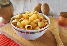 La pasta e patate in brodo rappresenta un'insuperabile ricetta della tradizione. Molti la preferiscono asciutta, ma anche questa versione è molto appagante