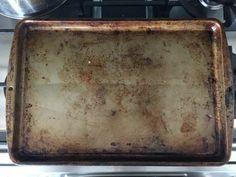 Bageren afslører sit bedste trick til at rengøre bageplader Microwave Cleaning Hack, Cleaning Your Dishwasher, Oven Cleaning, Cleaning Hacks, Cleaning Products, Toaster Oven Pans, Bakeware, Tray Bakes, Clean House