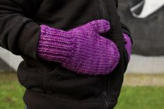 Let's Knit some super simple mittens – Tin Can Knits Knitted Mittens Pattern, Knit Mittens, Knitted Gloves, Fingerless Gloves, Cardigan Pattern, Knitting Designs, Knitting Patterns Free, Corona